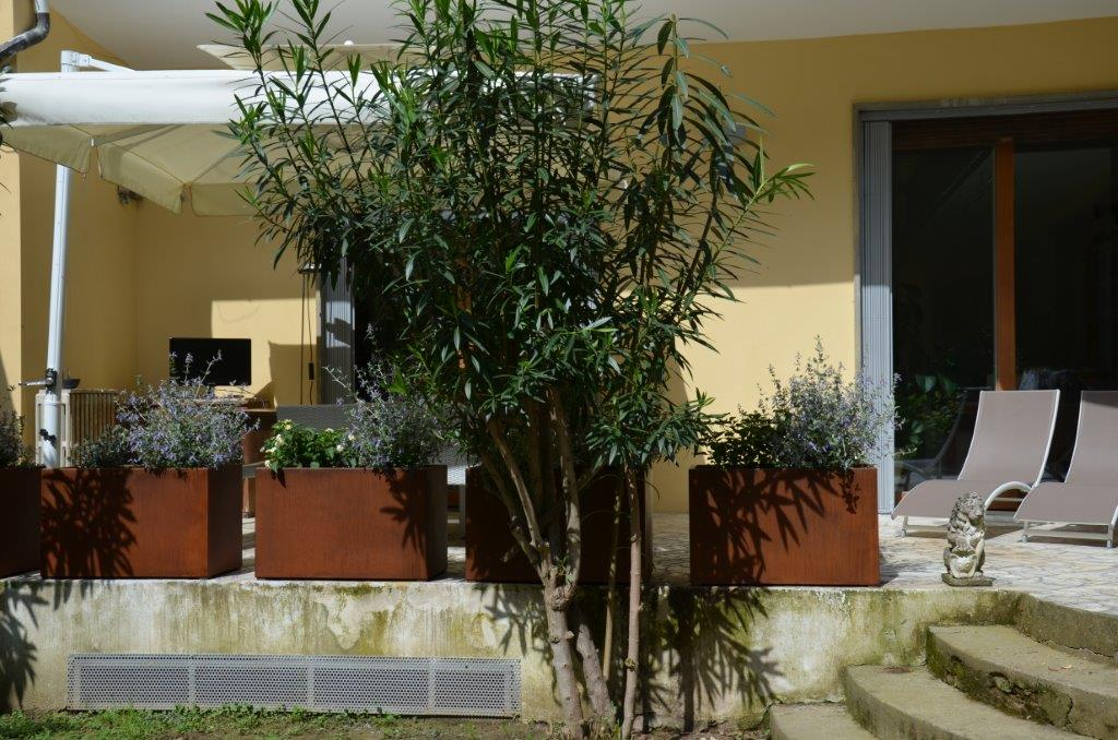 terrazzo con fioriere corten 1