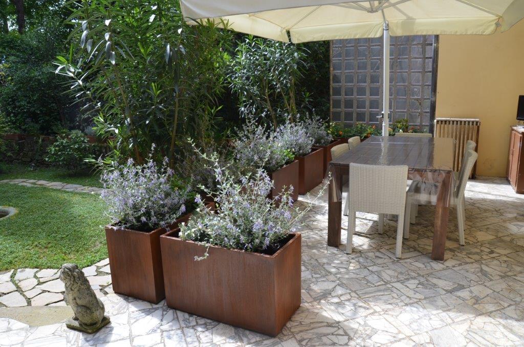 terrazzo con fioriere corten