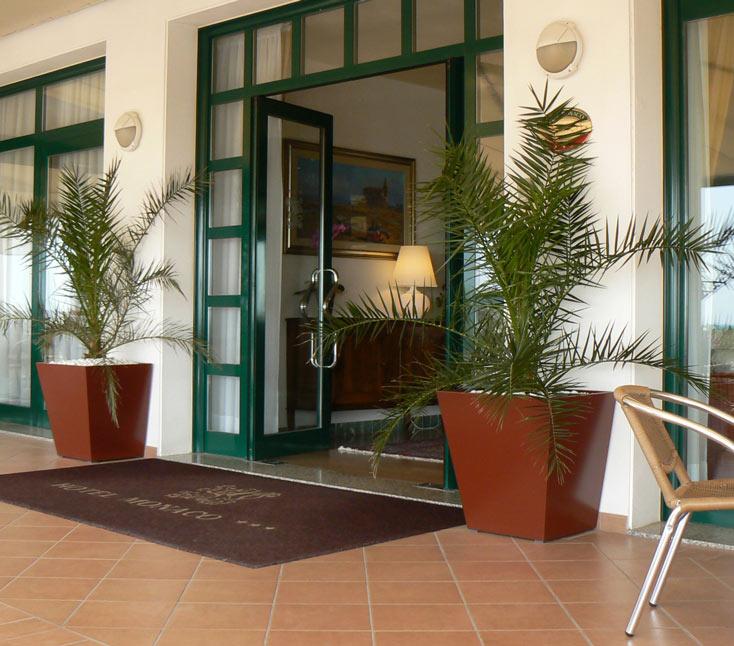 Hotel-ingresso-con-fioriere-rosso-siena