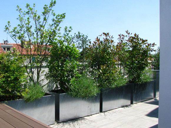 terrazzo-con-fioriere-zincate
